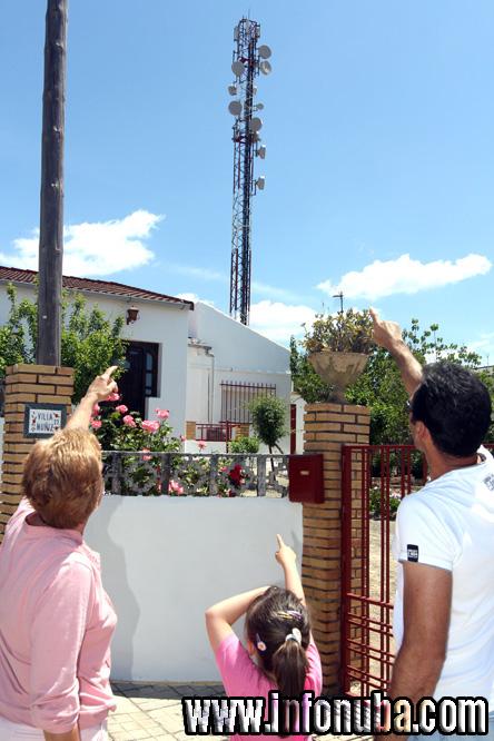 Juan Francisco y Clotilde indican la situación de la antena de telefonía.