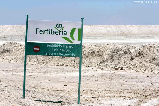 Cartel de Fertiberia a la entrada de sus instalaciones.