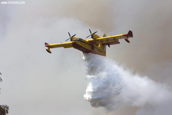 Avión de gran capacidad descarga sobre el incendio