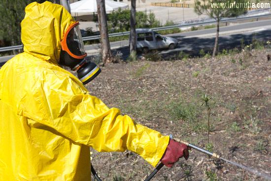 Un operario aplica herbicida en la localidad de Minas de Riotinto.