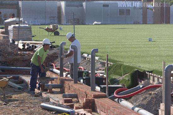 Dos obreros en la obra del estadio municipal