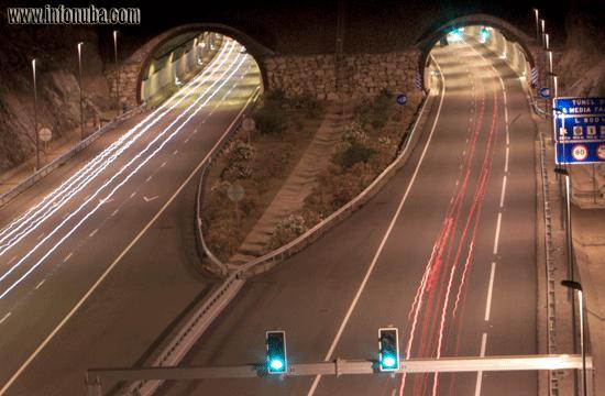 Vehículos circulando en una autovía durante la noche