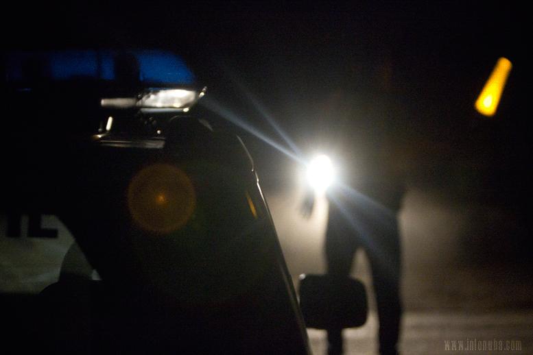 Un agente de Guardia Civil controla la circulación a la salida de la finca
