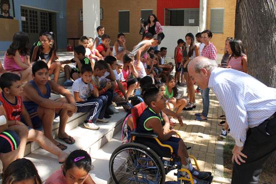 Pedro Rodríguez saluda a los niños de uno de los campamentos urbanos