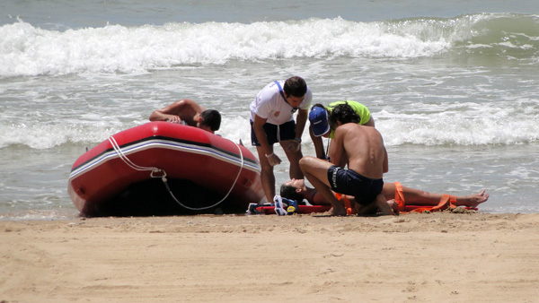 Imagen del servicio de vigilancia, salvamento y socorrismo que promueve cada año en la playa del Parador de Mazagón el Ayuntamiento de Moguer.