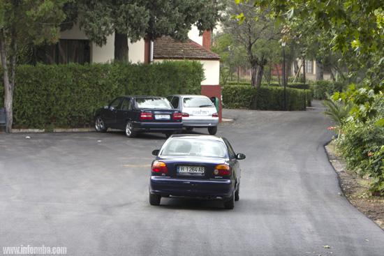 Un vehículo circula por el nuevo asfaltado del barrio de Bellavista.