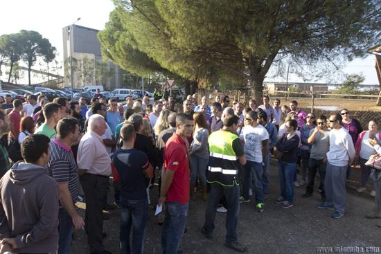 Unas cien personas se concentraron a las puertas de la empresa minera.