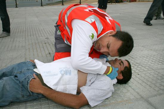 Una imagen de uno de los simulacros en un Curso Básico de Primeros Auxilios de Cruz Roja