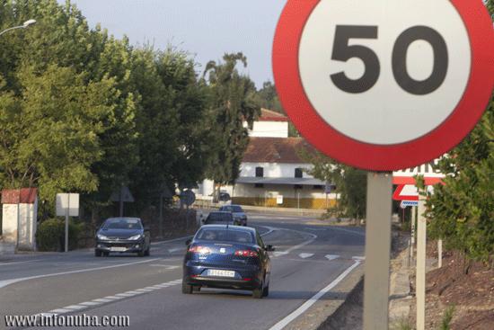 Imagen de vehículos circulando en una carretera onubense