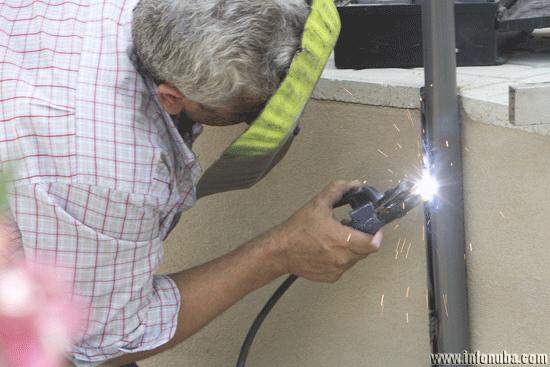 Un obrero realiza trabajos de soldadura.