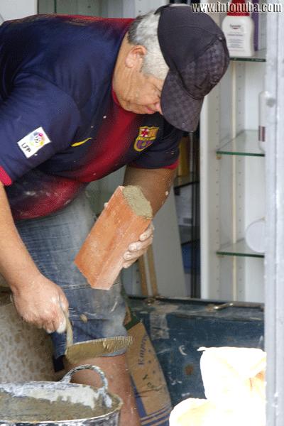Un obrero realiza labores de construcción