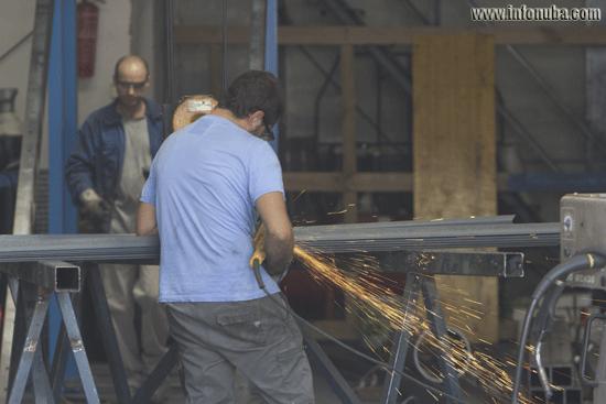 Obreros trabajando el metal en una empresa