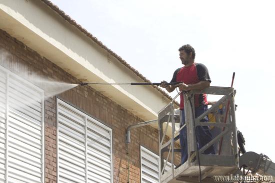 Un obrero trabaja limpiando un edificio en la localidad onubense de Minas de Riotinto