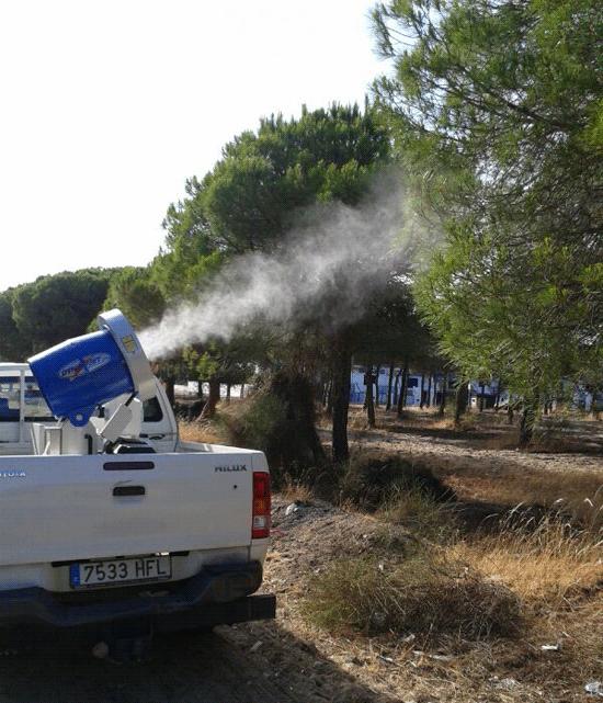 Una máquina pulverizadora realizando el tratamiento contra los mosquitos