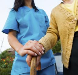 Una fisioterapeuta asiste a una persona