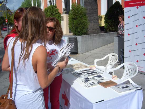 Voluntarias de Cruz Roja explican las iniciativas de la organización.
