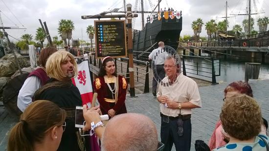 """Un original Cristóbal Colón y sus ayudantes han invitado al público visitante a participar en el divertido juego """"Pasapalabras Colombino"""" ."""