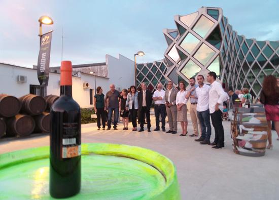 El presidente de la Diputación de Huelva, Ignacio Caraballo, ha inaugurado la exposición colectiva de pintura denominada 'La Uva Zalema', que permanecerá instalada en el Centro de Interpretación del Vino del Condado.