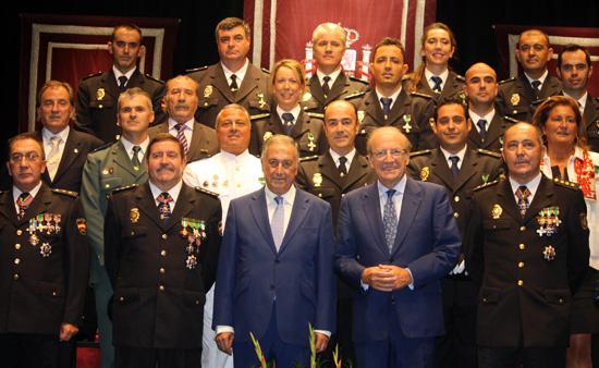 Condecorados y autoridades posan para una fotografía de grupo.