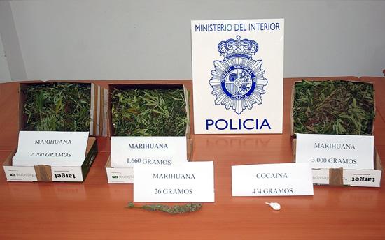 Intervención de la Policía Nacional en la desarticulación de un punto de venta de drogas en un domicilio.