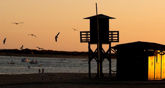 Imagen de un atardecer en una playa onubense.