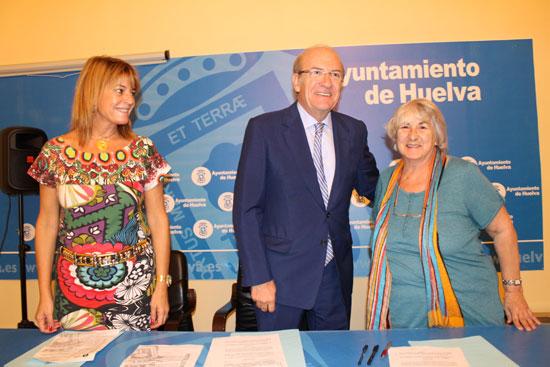 El alcalde de Huelva, Pedro Rodríguez, y Josefa Ruiz, presidenta Feafes-Huelva, han firmado el convenio de colaboración que supone la renovación anual del compromiso del Ayuntamiento de Huelva con la Asociación de Familiares y Personas con Enfermedad Mental de Huelva.