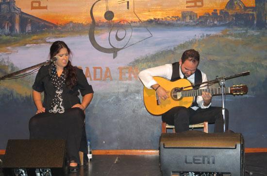 Actuación de Cristina Tovar acompañada a la guitarra por el joven maestro moguereño Francis Gómez.