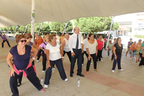 El Ayuntamiento de Huelva ha querido sumarse al Día Internacional del Mayor que se celebra este 1 de octubre con una actividad deportiva al aire libre.