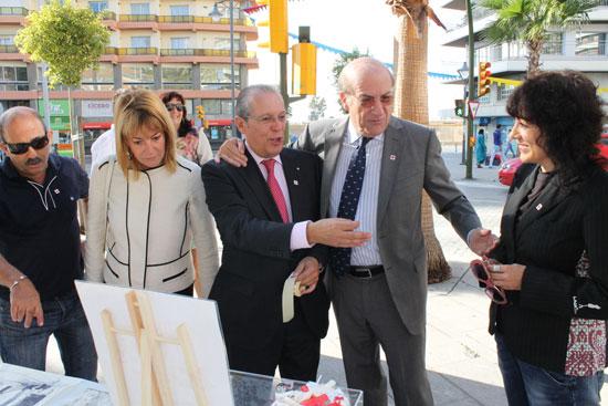 El alcalde de Huelva, Pedro Rodríguez, se ha sumado esta mañana al 'Día de la Banderita' que organiza la Cruz Roja.