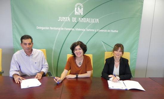 La Consejería de Fomento y Vivienda, a través de la Agencia de Vivienda y Rehabilitación de Andalucía (AVRA), han firmado hoy los contratos para la ejecución de estas obras, acogidas al Decreto de Construcción Sostenible.