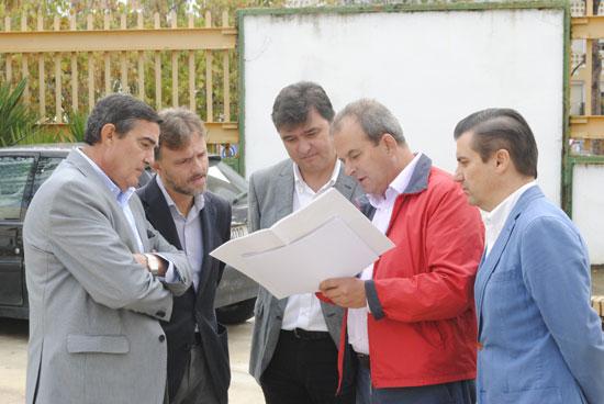 El delegado del Gobierno en Huelva, José Fiscal, acompañado por el delegado territorial de Educación, Cultura y Deporte, Vicente Zarza y el el portavoz del PSOE en Huelva, Gabriel Cruz, han visitado las instalaciones.