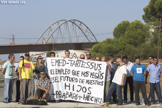 Los integrantes del movimiento muestran una pancarta.