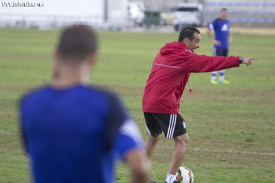 José Luis Oltra realiza indicaciones a sus jugadores.