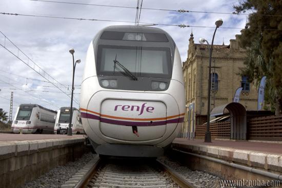 Un tren en el día de hoy en la estación de Huelva.