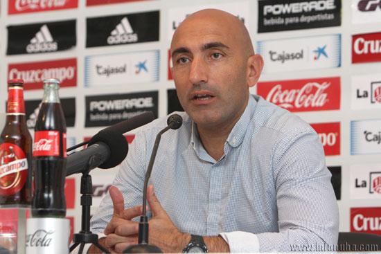 El entrenador del Sporting de Gijón, Abelardo, realizando declaraciones en la rueda de prensa posterior al encuentro.