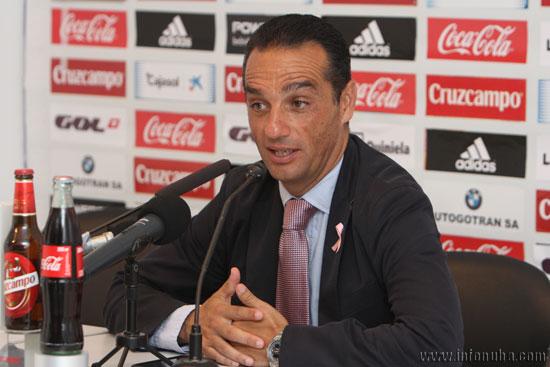 El entrenador del Recreativo de Huelva, José Luis Oltra,  realizando declaraciones en la rueda de prensa posterior al encuentro.