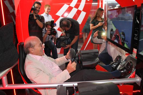 El alcalde de Huelva, Pedro Rodríguez, prueba un simulador de F1.