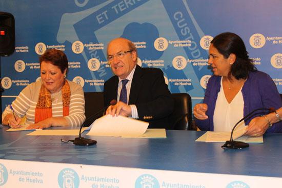 l alcalde de Huelva, Pedro Rodríguez, ha firmado esta mañana un convenio de colaboración con la presidenta de la Asociación Onubense de Cáncer de Mama Santa Ágeda, Rosario Venegas.