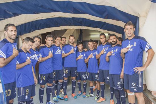 """Los jugadores del Recreativo de Huelva colaboran con la campaña """"Haz que este gesto de pegue"""" organizada por la Asociación de Familiares de Enfermos de Alzheimer."""