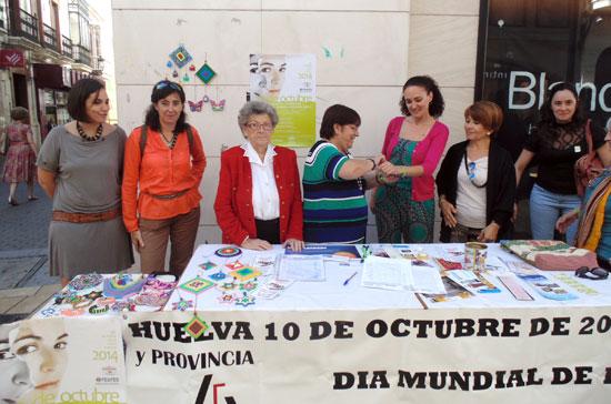 La delegada territorial de Igualdad, Salud y Políticas Sociales, Lourdes Martín, ha visitado esta mañana la mesa informativa instalada en la calle Concepción de la capital onubense por la asociación FEAFES-Huelva.