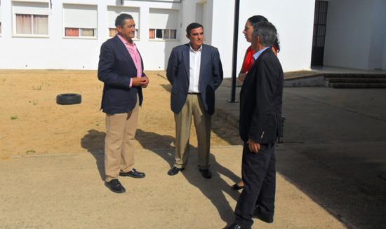 El delegado territorial de Educación, Cultura y Deporte, Vicente Zarza ha visitado hoy el CEIP Manuel Siurot de Chucena.