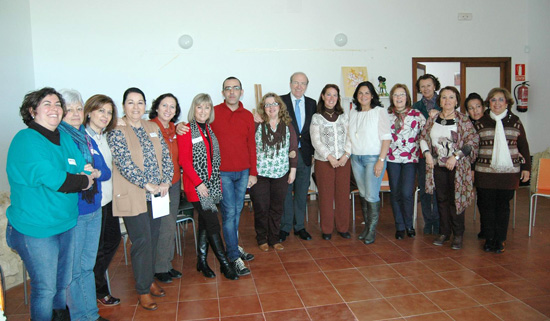 El alcalde de Huelva, Pedro Rodríguez, y la concejala Juana Carrillo presentantan junto a los representantes de las asociaciones el Programa para la Formación de la Mujeres