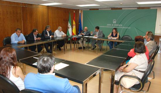 El vicepresidente y consejero de Administración Local y Relaciones Institucionales de la Junta de Andalucía, Diego Valderas, se reunió en la mañana de ayer con los representantes de la comercializadora vitivinícola Onuba.