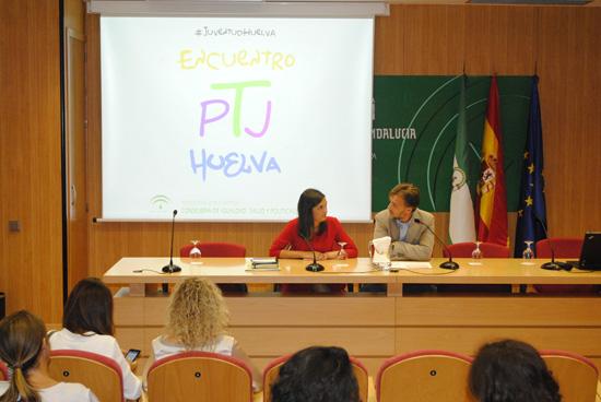 El delegado del Gobierno en Huelva, José Fiscal, acompañado por la coordinadora provincial del Instituto Andaluz de la Juventud (IAJ), María Márquez, ha mantenido hoy un encuentro con el personal técnico y de juventud de los ayuntamientos de la provincia.