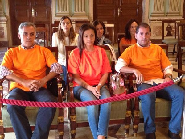 Trabajadores de la Empresa Municipal de la Vivienda en último pleno del Ayuntamiento de Huelva.