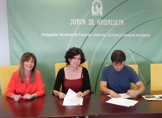 La delegada territorial de Fomento y Vivienda, María Villaverde, y el presidente de la asociación Foro por la Memoria de Huelva, Félix Ramos, han formalizado el contrato que permitirá a esa entidad instalar su sede en un local.