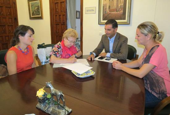 Imagen de la firma del convenio de colaboración entre el Ayuntamiento y la asociación de Familiares de Enfermos de Alzheimer y otras Demencias de Moguer