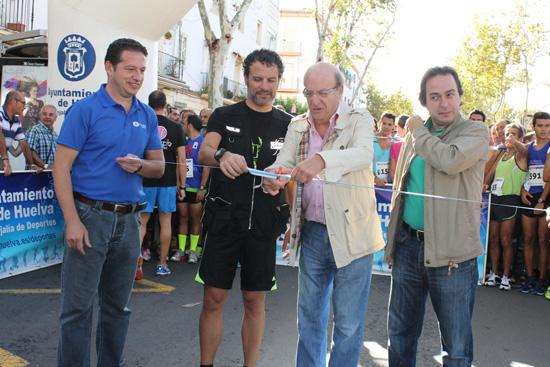 Pedro Rodríguez realiza el acto de corte de cinta acompañado por Manuel Remesal y los organizadores de la prueba.