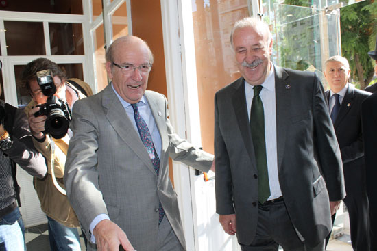 Pedro Rodríguez acompaña a Vicente del Bosque.