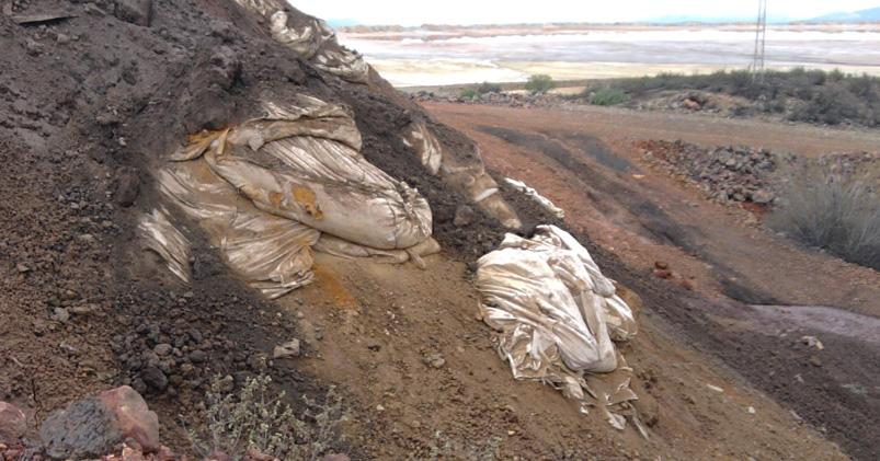 Fotografía del vertido denunciado sobre la cuenca de la presa de Gossan
